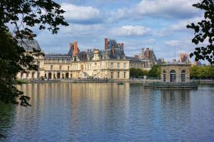 1024px-Fontainebleau_-_Château_-_Etang_aux_Carpes