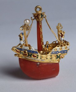 ANONYME ITALIEN, Pendentif en forme de bateau, seconde moitié du 16e siècle, or, émail, corail et perles, 4 x 5,5 cm, 16 gr, Turin, Palazzo Madama